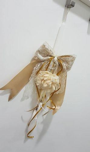 Χειροποίητη λαμπάδα με κορδέλες, δαντέλα, σατέν, πέρλα και μπρελόκ με υφασμάτινο λουλούδι  http://handmadecollectionqueens.com/λαμπαδα-με-υφασματινο-λουλουδι-μπρελοκ  #handmade #fashion #traditional #easter #candle #kid #storiesforqueens