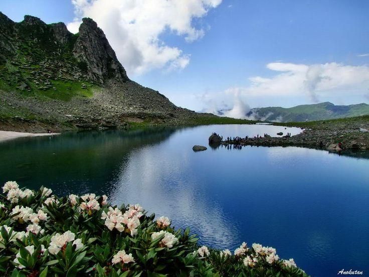 Avusor Gölü. Rize ilinin, Çamlıhemşin ilçesine bağlı olan Avusor yaylasında bulunan göl.