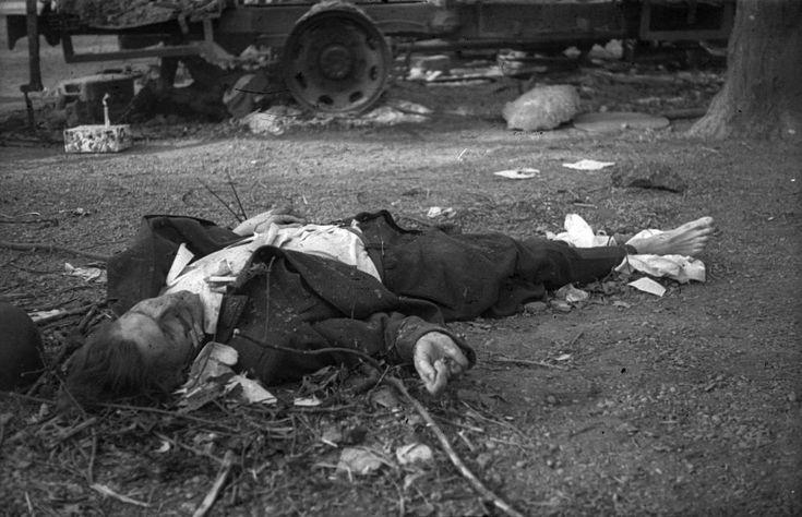 II. János Pál pápa (Köztársaság) tér, a pártház ostromakor kivégzett védő holtteste.