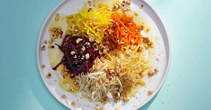 Råkost är bra vardagsmat men ibland kan den ändå kännas lite tråkig. Fast det behöver den absolut inte vara. Grovrivna råa rotfrukter med honung och brynt smör är till exempel otroligt goffigt – den här varianten älskar till och med barnen. Men det ska vara brynt smör och mycket honung så att sötman på rotfrukterna verkligen kommer fram. Och gärna lite nötter för extra crunch. Och du kan såklart själv välja vilka rotfrukter du vill använda. /TommyRecept ur bokenSallad av Tommy Myllymäki...