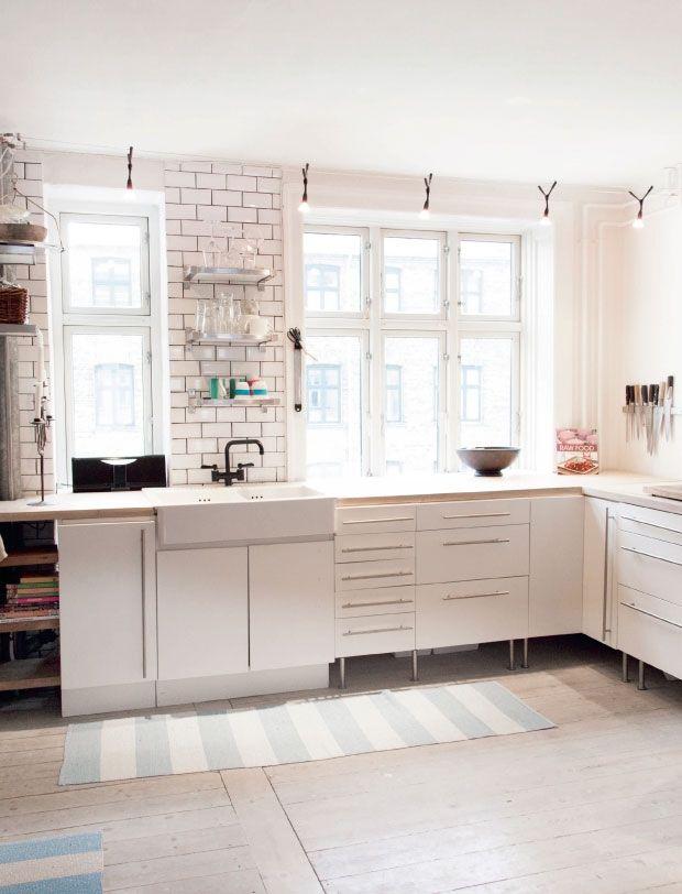 Bolig et hjem i stærke farver weiße küchenküchenwändeideen für die