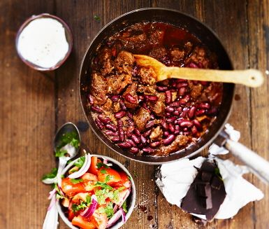 Bjud på ett hett, chokladdoftande långkok: en texmexchili på högrev. Chokladen och bönorna lägger du i först på slutet, när köttet fått smak av vitlök, kakao, chili, nejlikor, ale och oxbuljong. Gott med tortillabröd, gräddfil och sallad.