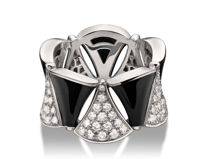 Anillo DIVA en oro blanco de 18 qt con ónix negro y pavé de diamantes.