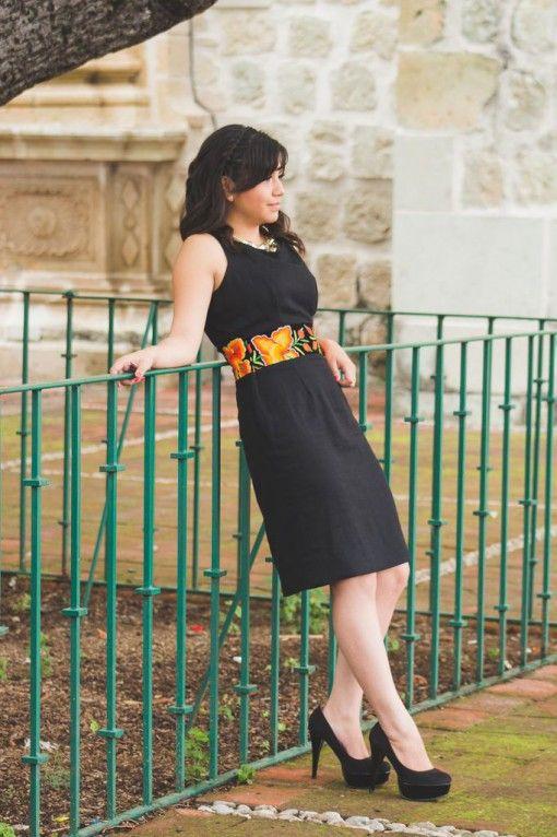 ALEJANDRA - Tela: Lino  Tipo de bordado: A mano con aguja  Región en que elabora: Istmo de Tehuantepec, Oaxaca, México  Diseño: Vestido en corte recto con fajilla de bordado