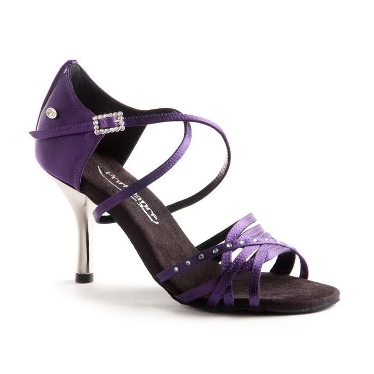 Flot og indbydende latin dansesko fra PortDance. Modellen PD400 Fashion i lilla med metallic hæl findes hos Nordic Dance Shoes: http://www.nordicdanceshoes.dk/portdance-pd400-fashion-lilla-satin-dansesko#utm_source=pin