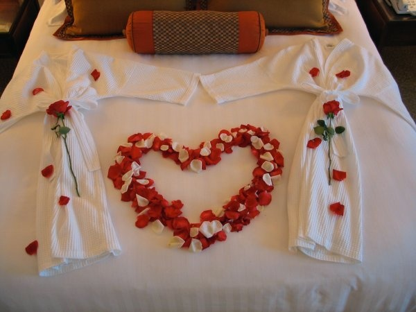 Honeymoon Suite #heart #bed #roses: