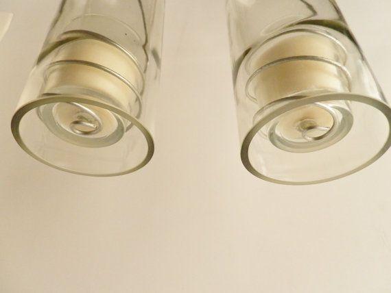 Satz 2 Hurrikan Laternen hängen!  Klarglas 750 ml Wein Flasche.  Flamme geschnitten und sorgfältig hand geschliffen in einem Schritt 3 Prozess für eine perfekt glatte Kante.  Inneren und äußere Kanten sind abgeschrägt und poliert auch. Die Hand gestaltete schraubte Draht hält ein Glas Votiv.  Solide Metall Halsreif führt zu schwarzen Metall-Kette, die ist abgerundet mit einem größeren Metall Schleifen-Link für leicht hängenden.  Kette erweitert 12 Zoll vom oberen Rand Flaschen.  Die…