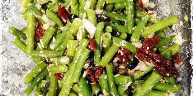 Sperziebonensalade met olijven, tomaatjes en pecorino