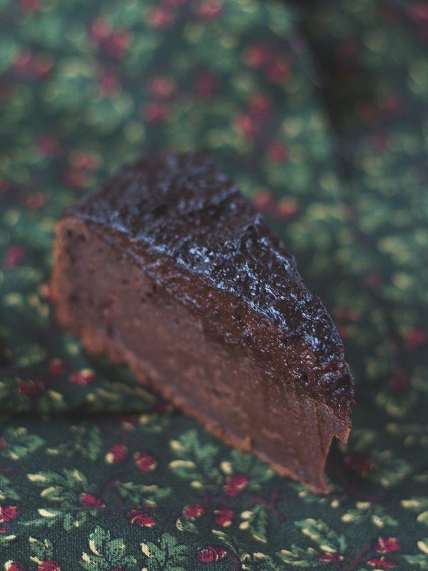 vegan chocolate fudge cake made with coconut sugar, maple syrup and a nutty avocado frosting // veganer Schoko Fudge Kuchen