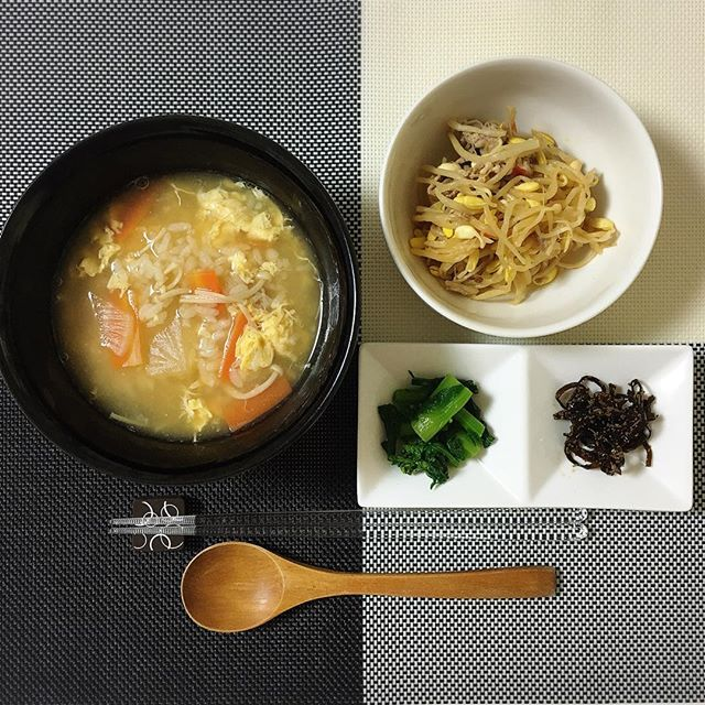 kuuuumi2092016.3.16 #今日の晩ごはん . #雑炊 #豚肉ともやしのピリ辛あえ #菜の花のお漬物 #昆布 . 夫が出張中でいないから、今日はかんたん雑炊と作り置きのおかず #菜の花 が大好き #お漬物 にしてみました。 #dinner #cooking #food #japanesefood #ごはん #晩ごはん #晩ご飯 #夕食 #おうちごはん #今日のごはん #料理 #和食  #ニトリ #monotone #モノトーン #白黒 #モノトーンインテリア #シンプルインテリア