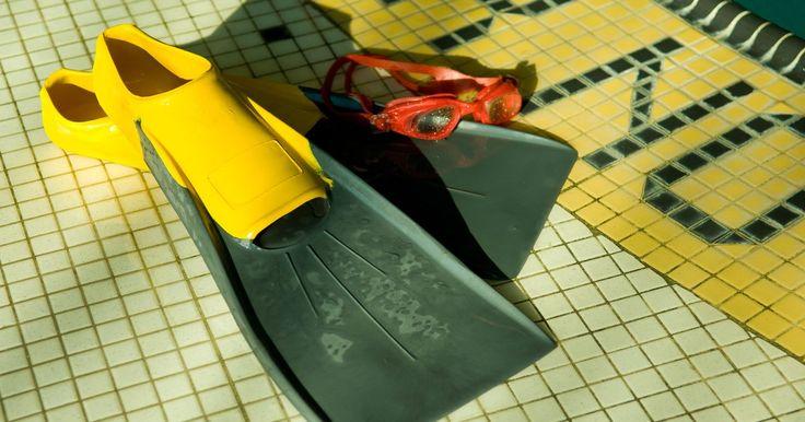 Tipos de aletas de natación. Si eres un buceador experimentado o nadas como un hobby, es útil tener un conocimiento básico de los diferentes tipos de aletas de natación. También conocidas como flippers, hay cuatro tipos principales de aletas natatorias. La principal diferencia está en la forma de la hoja, la parte plana de la aleta que se extiende desde los dedos de los pies. ...