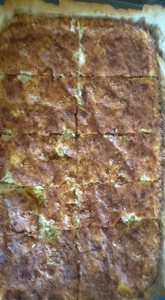 Μπατζίνα (3 μονάδες) 4 κολοκύθια τριμμένα και στημένα καλά, 1 κρεμμύδι ξερό 1-2 κρεμμυδάκια φρέσκα, μπόλικο φρέσκο δυόσμο, μπόλικο μάραθο ή άνηθο μπόλικη φέτα μείγμα τεσσάρων πιπεριών ή μαύρο πιπέρι 2 αυγά και πέντε έξι κουταλιές σιμιγδάλι ψιλό. Αλάτι ελάχιστο ή και καθόλου γιατί έχει τη φέτα. Ολα μαζί ανακάτεμα και στο ταψί. Ψησιμο περιπου 45 λεπτα στους 200. Λιγο σιμιγδάλι πασπάλισα και στον πάτο του ταψιου καθώς κι από πάνω κι έτσι έκανε μία λεπτή κρούστα.