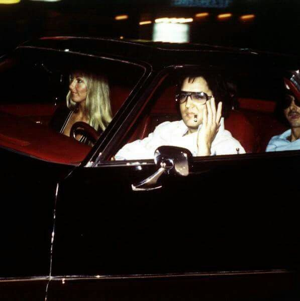 August 7, 1975 Elvis arriving at the gates of Graceland with Linda Thompson.