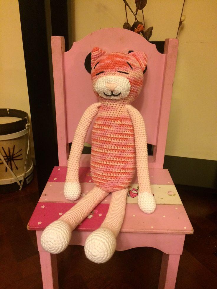 Gato crochet, sus brazos se pueden cruzar (al igual que su piernas)