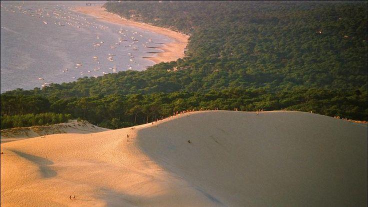 La Dune du Pilat, dans le sud-ouest de la France, arrive en deuxième position. D'en haut , on a une magnifique vue sur la forêt et l'océan.