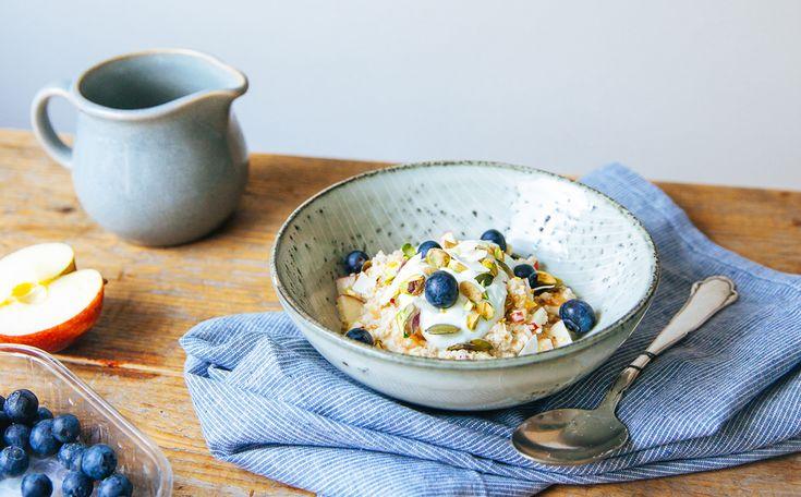 Wij kennen muesli vooral als krokante havervlokken, maar oorspronkelijk is het een ontbijtje van geweekt fruit met havermout dat door een Zwitserse arts is ontwikkeld. Behalve heel gezond is het ook een heel praktisch ontbijt, want je kunt het meeste werk de avond van tevoren al doen.