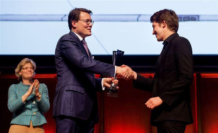 UTRECHT - Michael Foyle (1991) heeft zaterdagavond het Nederlandse Vioolconcours gewonnen. De jury roemde zijn ,,grote partituurkennis, diepe concentratie en prachtige uitvoering van het vioolconcert van K. Szymanowski'', aldus de organisatie. De concours was in TivoliVredenburg in Utrecht, in aanwezigheid van prins Constantijn. Hij reikte de prijzen uit. (Lees verder…)
