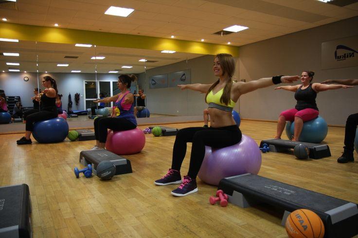 BODY SCULPT– zajęcia statyczne o umiarkowanej intensywności, których głównym celem jest rzeźbienie ciała i modelowanie sylwetki. Podczas ćwiczeń wykorzystuje się ciężarki i stepy, które wymuszają większą pracę mięśni. Umiarkowane tempo treningu pozwala na dokładne i precyzyjne wykonywanie ćwiczeń. Głównym celem treningu Body Sculpt jest przygotowanie do wszelkiego rodzaju sportów zimowych i letnich. Istotą Body Sculptingu jest wielokrotne powtarzanie statycznych ćwiczeń.