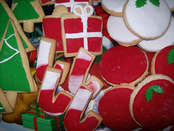 Christmas cookies, partly decorated, for the kids to play and decorate !