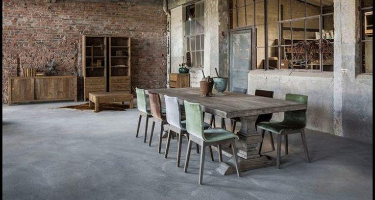 Table de ferme en bois gris contemporaine dite de Monastère. Superbes pieds Monastère.