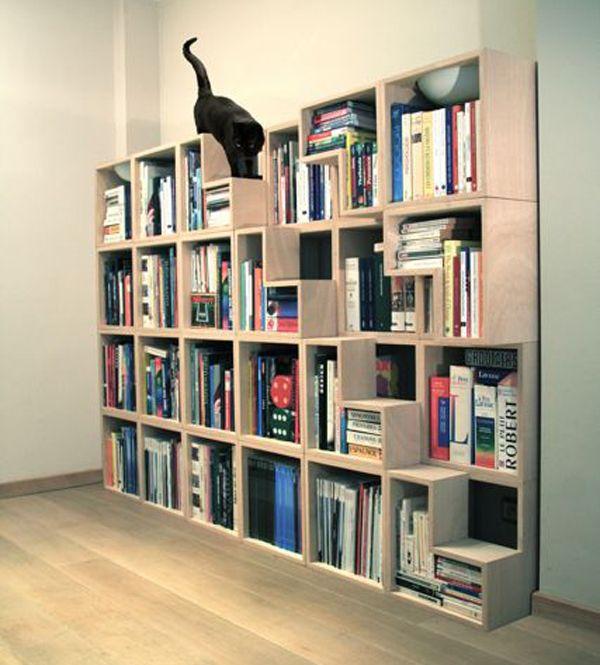 Bücherregal mit Treppenstufen für Katzen; Einrichtung.