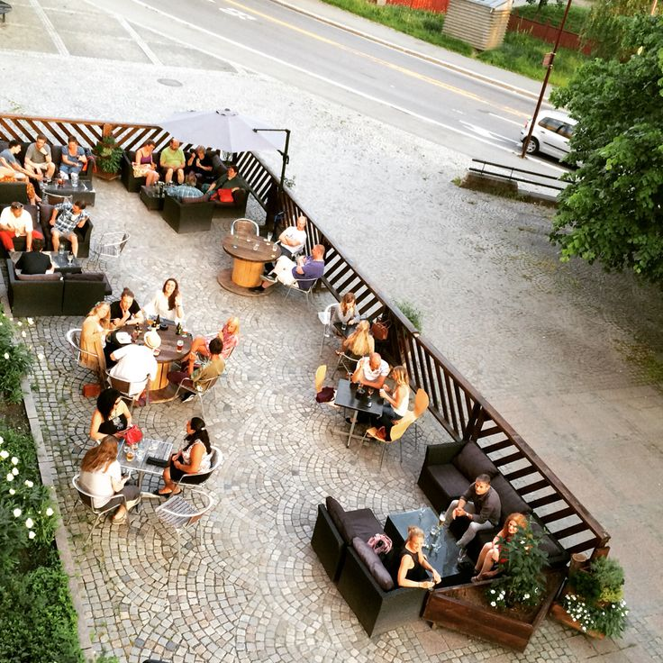 Happy people at outdoor serving area // Café Stift Lillehammer