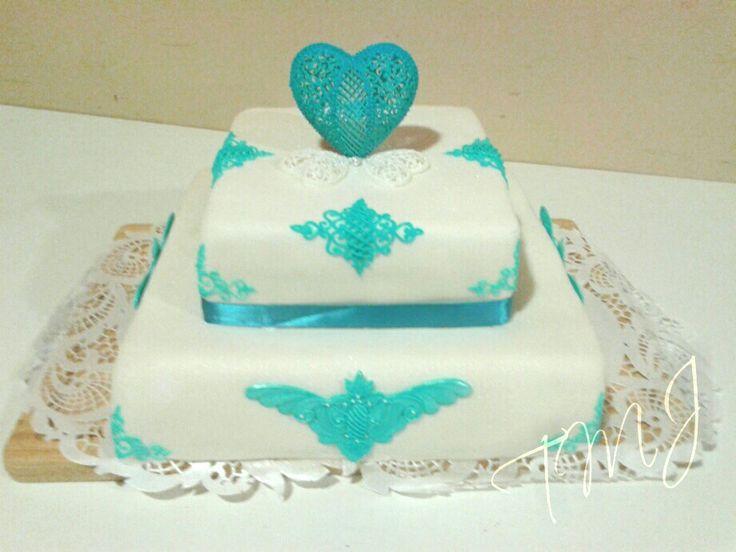 Fehér-türkiz négyzet alakú torta glazúr díszekkel./ White and tuquoise square shaped wedding cake decorated with royal icing.