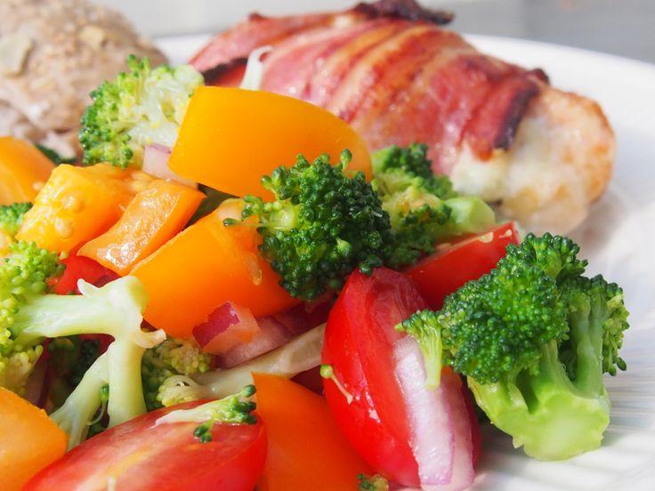 Fylt kylling m/ tomat- og broccolisalat