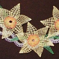 Paličkovala Jaroslava Jedlinská. Větvička zformovaná do tvaru kapky, nahoře převázaná mašlí, ozdobená jarními květy - narciskami, tulipány nebo kopretinami.