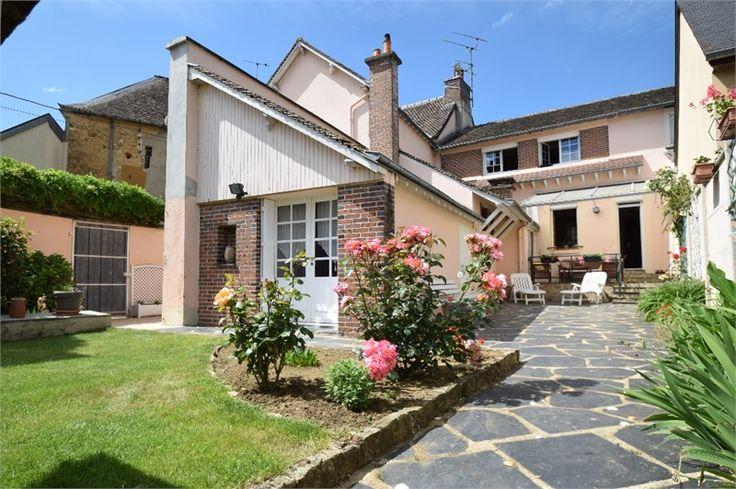 Charmante maison de village à vendre chez Capifrance à Connerre.     > 160 m², 6 pièces dont 4 chambres et un terrain de 358 m².    Plus d'infos > Caroline Lemercier, conseillère immobilière Capifrance.
