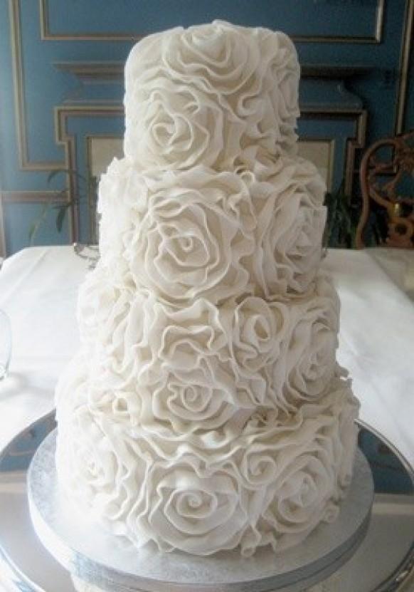 Weddbook ♥ mignon Gâteaux de mariage blanc Rosette. gâteau de mariage blanc pour le mariage de cru. 4 niveaux gâteau de mariage.   Rosette niveau   fleur blanche