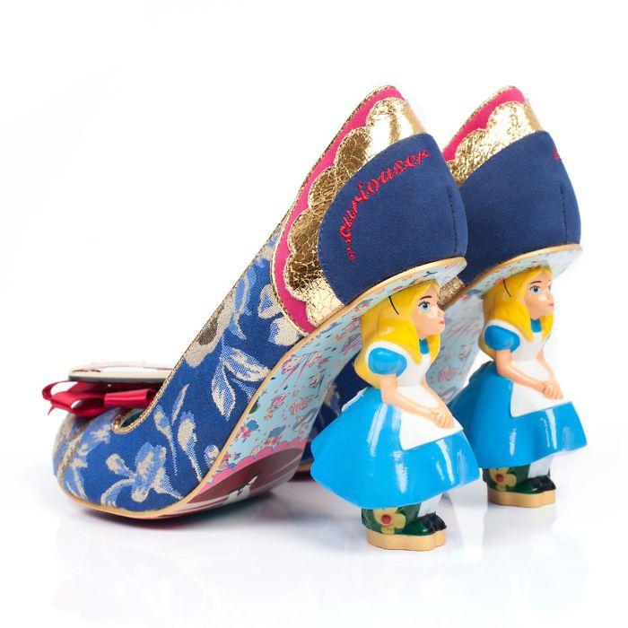 Sapatos inspirados em Alice no País das Maravilhas