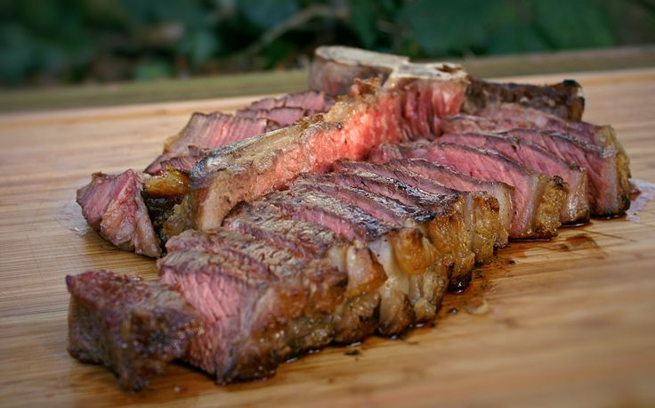 Gutes Fleisch wird sorgfältig zubereitet. Dazu gehört auch die richtige Kerntemperatur, um den optimalen Gargrad zu treffen: Mit dieser Übersicht gelingt's!