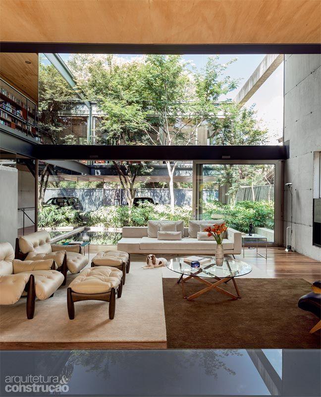 Une maison de verre et de bois à sao paulo