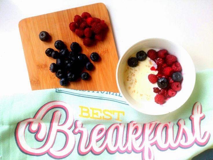 W pierwszy dzień września na śniadanie owsianka z musem z malin, malinami i borówkami 😍❤💜 ---> Zapraszam moją stronę na fb https://m.facebook.com/eatdrinklooklove/ ❤ -------------- On the first day of September for breakfast oatmeal mousse with raspberries, blueberries and raspberries 😍❤💜 ---> I invite my page on fb https://m.facebook.com/eatdrinklooklove/ ❤
