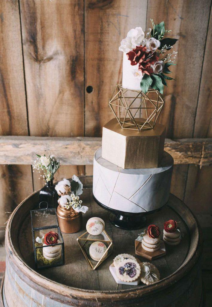 Wunderschöne Boho inspirierte Hochzeitstorte mit Blumen und Roségold …   – Der Kuchen ist eine Lüge!