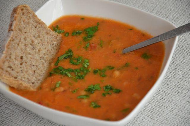 In cooking we trust: Zupa z czerwonej soczewicy z pomidorami, chili i ciecierzycą