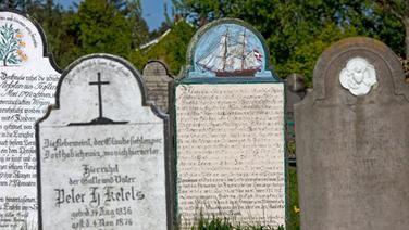 Auf dem Friedhof von Süderende auf der Insel Föhr sind Grabsteine von Seefahrern und Walfängern zu sehen