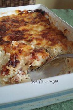"""Πράσα με κρέμα γάλακτος και μπέικον στο φούρνο. Απλά τέλειο συνοδευτικό φαγητό για να υπάρχει μεταξύ άλλων σε έναν μπουφέ. Από το site """"Kitchen Stori.es"""" http://www.kitchenstori.es/2011/01/leeks-with-creme-fraiche.html"""
