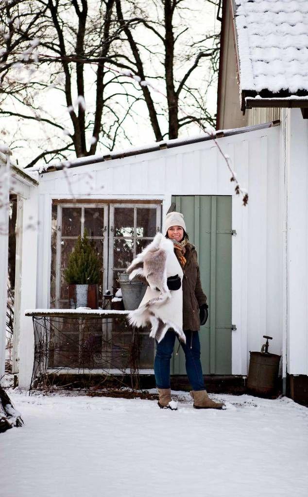 Hemma hos inredningsfotografen Marie Delice Karlsson i sekelskifteshuset i västgötska Björketorp är julen i full gång. Här dekoreras det med grönt – gran, tallris och mossa blir fint mot allt det vackert vita. Yttertrappan är pyntad med mjukt granris, äpplen och brinnande lyktor.