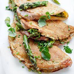 Naleśniki jaglane z cukinią, szparagami, szynką i serem | Kwestia Smaku