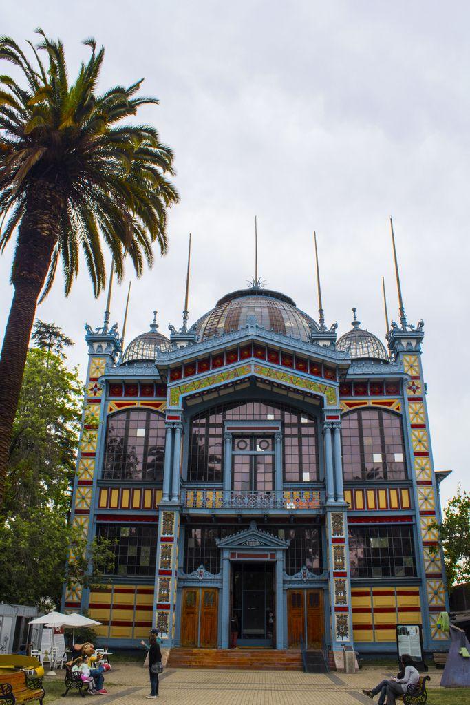 El museo está instalado en el Pabellón París, edificio construido en 1889, en Francia, con el fin de representar a Chile en la Exposición Universal de París que se celebró en el centenario de la toma de la Bastilla, que dio inicio a la Revolución Francesa. Luego de la exposición en la capital francesa, fue desmontado y embarcado a Valparaíso, y luego transportado a Santiago. Fue rearmado en 1894 en la Quinta Normal, para albergar la Exposición de Minería y Metalurgia, realizada ese mismo…