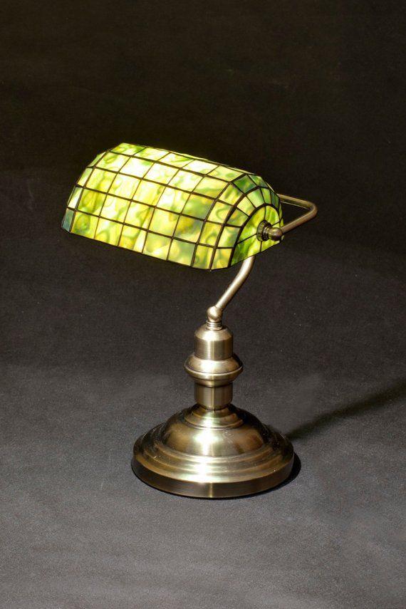 Banker Lampe Bibliothek Lampe Tiffany Lampe Glasmalerei Lampe Tischlampe Burodekor Tischdekor Schreibtischlampe Art Deco Lampe Tiffany In 2020 Bankers Lamp Library Lamp Stained Glass Lamps
