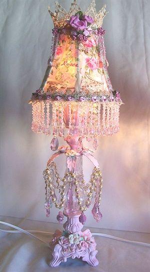 Lampen kappen zijn er in zoveel maten, kleuren en verschillende stijlen. Maar wat is ernu leuker om je eigen lamp te maken? Maak gebruik van vilt, kant en andere soorten stof die je thuis hebt liggen en zo kun je zelf een hele schattige lamp maken. Heb jenog oude kettingen liggen? Gebruik