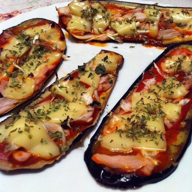 Cena. 4 laminas de berenjena finitas, pavo, un poco de tomate casero y una loncha de queso light para las 4!