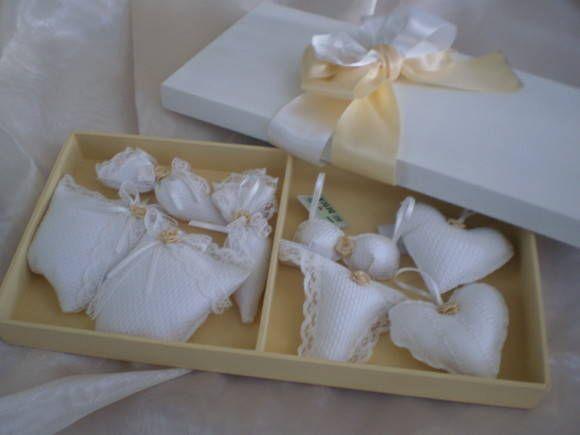 Caixa em MDF pintada fechada com laços de fita em Cetim. Contém 4(quatro) Saches Anti-Mofo para sapatos, bolsas e 4 (quatro) Saches Perfumados com alcinha de pendurar para gavetas e guarda roupas. R$ 68,00