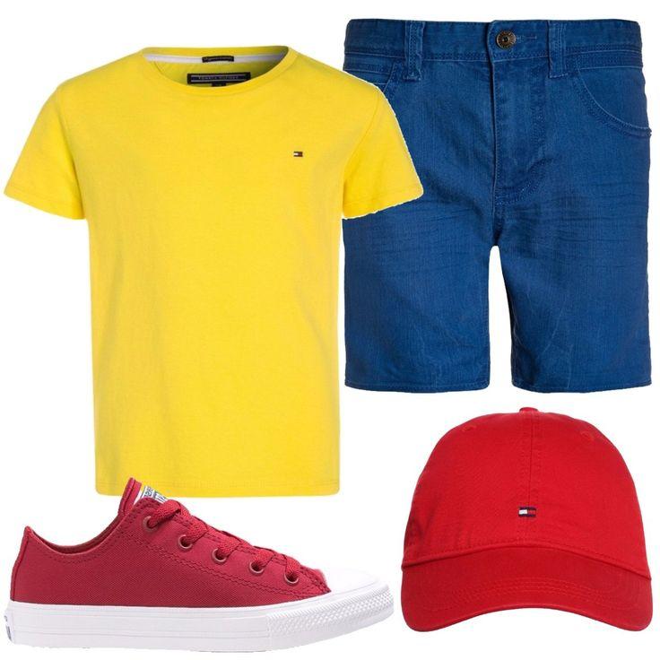 T-shirt gialla basic in cotone a maniche corte, shorts in jeans blu con tasche laterali e posteriori, sneakers basse del brand Converse in tessuto rosso, cappellino in cotone rosso con logo.