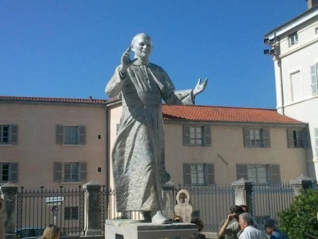 Devant la basilique de Fourvière à #Lyon  DIAPORAMA : TOUR DU MONDE DES 20 STATUES DE JEAN PAUL II  http://www.lumieresdelaville.net/2014/04/27/tour-du-monde-des-statues-de-jean-paul-ii/  #canonisationsRome2014 #canonisations #vatican #canonization