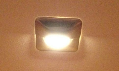 Umbauanleitung einer LED Wandleuchte mithilfe eines LED Farbfilter in Form einer orange getönten Folie. Wirkliches Warmweiß ähnlich Halogenleuchten.