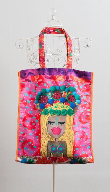 bolso viajero rubia, estampado con una obra de la artista visual Isa Soler